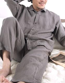 年代問わず人気!定番の長袖襟ありパジャマ