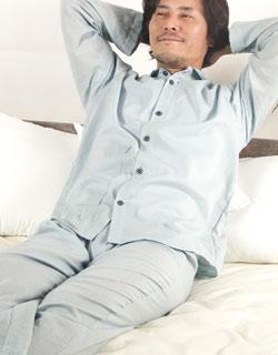 年代問わず人気の襟あり長袖長ズボンパジャマ