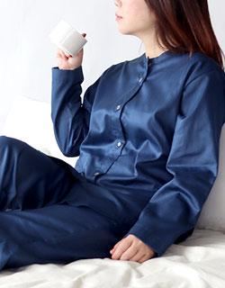 おしゃれで上品な襟なし長袖パジャマ